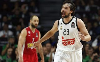 epa04753928 Real Madrid's Sergio Llull (R) celebrates a basket next to Vassillis Spanoulis (rear) of Olympiakos during the Euroleague Final Four final game played between Real Madrid and Olympiakos Piraeus at the Barclaycard Center in Madrid, Spain, 17 May 2015.  EPA/Juan Carlos Hidalgo