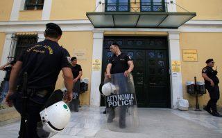 Αστυνομικοί βρίσκονται έξω από τα γραφεία του εισαγγελέα εκτελέσεως ποινών, στην Αθήνα, Σάββατο 30 Μαΐου 2015. Ενώπιον του εισαγγελέα οδηγούνται ο 37χρονος Γρηγόρης Τσιρώνης, που καταζητείτο ως ένας εκ των «ληστών με τα μαύρα» και είναι επικηρυγμένος από το 2009 και ο Σπ. Χριστοδούλου, ο οποίος φέρεται ότι είχε κάνει και την κατόπτευση στο υποκατάστημα της Τράπεζας Πειραιώς στη Λάρισα. Σύμφωνα με την ΕΛΑΣ οι τρεις ληστές (αναμεσά τους ο νεκρός Σπ. Δραβίλας) δεν έχουν σχέση με την τρομοκρατία παρά το γεγονός ότι σε κάποιες από τις ληστείες της συμμορίας συμμετείχε ο Ν. Μαζιώτης.ΑΠΕ-ΜΠΕ/ΑΠΕ-ΜΠΕ/ΣΥΜΕΛΑ ΠΑΝΤΑΡΤΖΗ