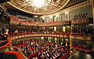 Η «άνοιξη» του αθηναϊκού θεάτρου είναι μόνον επιφανειακή. Από κάτω, αποκαλύπτεται ένας κόσμος όχι αγγελικά πλασμένος.