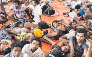 Ομάδα διασωθέντων προσφύγων Ροχίνγκια από τη Μιανμάρ και το Μπανγκλαντές στο Ατσεχ.