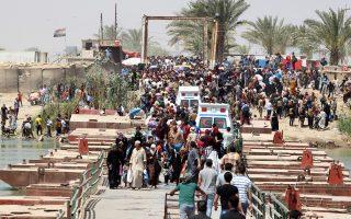 Ιρακινοί εγκαταλείπουν το Ραμάντι περνώντας πρόχειρη γέφυρα του Ευφράτη, καθώς οι τζιχαντιστές του «Ισλαμικού Κράτους» έχουν καταλάβει το μεγαλύτερο μέρος της πόλης τους.