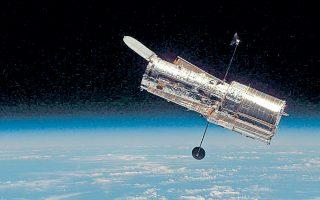 Χαμπλ: το διαστημικό τηλεσκόπιο, που γιόρτασε 25 χρόνια ζωής. Ωστόσο η εκτόξευσή του είχε συνδεθεί με ένα τραγικό λάθος που λίγο έλειψε να καταδικάσει το πολυδάπανο πρόγραμμα της NASA και της ESA σε αποτυχία.