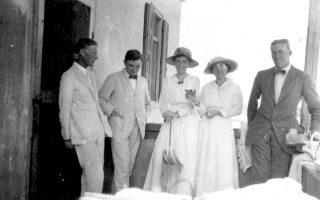 Καρλ Μπλέγκεν και Μπερτ Χιλ, με τα λευκά τους κοστούμια, φωτογραφημένοι στην Κόρινθο το 1915, κατά πάσα πιθανότητα.