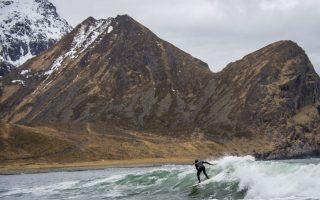 Serf στον Αρκτικό κύκλο. Χωρίς να φοβούνται τα χιόνια και φυσικά το κρύο, οι σέρφερ του βορρά βουτούν και δαμάζουν τα κύματα.. Το σπορ ξεκίνησε στα νησιά Lofoten της Νορβηγίας την δεκαετία του 60 και από τότε μέχρι σήμερα οι λάτρεις του serf τα επισκέπτονται όλον τον χρόνο με την θερμοκρασία το χειμώνα να είναι 5 βαθμούς Κελσίου και το καλοκαίρι μόλις 11!!!  AFP PHOTO / OLIVIER MORIN