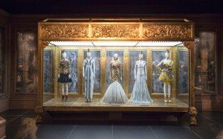 Βιτρίνα «Romantic Gothic» σε μία από τις αίθουσες του μουσείου Victoria & Albert στο Λονδίνο, όπου η έκθεση «Savage Beauty» θα διαρκέσει μέχρι τις 2 Αυγούστου.