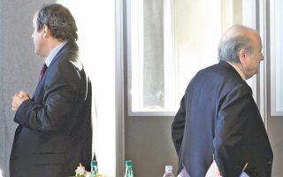 Πλατινί (αριστ.) και Μπλάτερ, πλάτη με πλάτη κατά τη χθεσινή μέρα στο συνέδριο της FIFA. Ο πρόεδρος της UEFA μίλησε ανοικτά για το ενδεχόμενο αποχώρησης της Ευρώπης.
