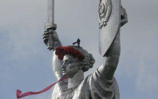 Στολίζοντας το κορίτσι. Αν και 102 μέτρα ύψος, το άγαλμα της Μητέρας Πατρίδας στο Κίεβο δεν υπολείπεται σε χάρη και ομορφιά, παρά την στιβαρή του σχεδίαση. Για πρώτη φορά από το τέλος του Β' Παγκοσμίου Πολέμου, η Ουκρανία θα γιορτάσει διπλά το τέλος του πολέμου. Στις 8 Μαΐου ως ημέρα μνήμης και στις 9 ως ημέρα νίκης. Όσο για το άγαλμα, στόλισαν το κεφάλι του με κόκκινες παπαρούνες, όπως συνηθίζουν να κάνουν σε κάθε γιορτή οι γυναίκες στην Ουκρανία. AP Photo/Efrem Lukatsky)