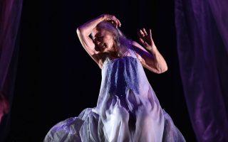 Ζωντάνια. Στα εκατό της χρόνια η χορεύτρια και χορογράφος Eileen Kramer συνεχίζει να βρίσκεται πάνω στην σκηνή. Το τελευταίο της έργο The Early Ones θα παρουσιαστεί σε θέατρο στο Σίδνεϊ με την ακμαία ακόμη χορεύτρια να γεμίζει το κενό της πλαστικότητας στην κίνηση με την έκφραση και την εμπειρία που συνέλεξε αυτά τα  εκατό χρόνια.   AFP PHOTO / SAEED KHAN