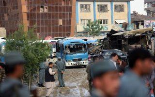 Ο χώρος στάθμευσης του υπουργείου Δικαιοσύνης στην Καμπούλ, μετά την έκρηξη του παγιδευμένου με εκρηκτικά αυτοκινήτου.