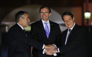 Ο ειδικός σύμβουλος του γ.γ. του ΟΗΕ, Έσπεν Άιντε μαζί με τον Κύπριο πρόεδρο Αναστασιάδη και τον νέο Τουρκοκύπριο ηγέτη, Μουσταφά Ακιντζί.