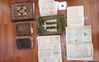 Θρησκευτικές εικόνες και βιβλία που χρονολογούνται από τον 18ο αιώνα, όπως επίσης όπλα και ανιχνευτές μετάλλων βρέθηκαν σε διαδοχικές έρευνες της ΕΛ.ΑΣ. σε Περτούλι, Τρίκαλα και Αθήνα για την εξάρθρωση κυκλώματος αρχαιοκαπήλων που διακινεί κλεμμένα από μοναστήρια της Ηπείρου εκκλησιαστικά κειμήλια σε συλλέκτες εντός και εκτός συνόρων. Την έρευνα συντονίζει η ανακρίτρια Ιωαννίνων.