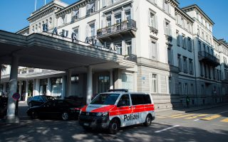 Ελβετοί αστυνομικοί συνέλαβαν, κυριολεκτικά στον ύπνο, τα υψηλόβαθμα στελέχη της FIFA, χθες το πρωί στο ξενοδοχείο Μποβ ντι Λακ.