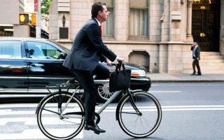 Μπορεί στη χώρα μας οι εργαζόμενοι ποδηλάτες να μην έχουν ακόμη αποκτήσει τους ποδηλατοδρόμους που δικαιούνται και που προβλέπονται για την ασφαλή κυκλοφορία τους στην πόλη, όμως η καμπάνια «Με ποδήλατο στη δουλειά» δείχνει έναν σωστό δρόμο.