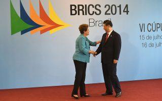 Ο Κινέζος πρόεδρος Σι Τζινπίνγκ με τη Βραζιλιάνα ομόλογό του Ντίλμα Ρούσεφ, κατά την περυσινή συνάντησή τους στη Φορταλέζα. Οι δύο ηγέτες συσφίγγουν ακόμη περισσότερο τις σχέσεις τους. Η Κίνα έχει ανάγκη από τις πρώτες ύλες της λατινοαμερικανικής χώρας, ενώ η Βραζιλία «διψάει» για επενδύσεις, την ώρα που η οικονομία της κατεβάζει ταχύτητα.