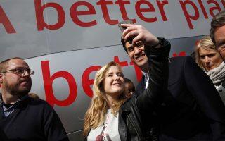 Selfie για τον Μίλιμπαντ και μία ψηφοφόρο του στο Κέμπστον, κοντά στο Μπέντφορντ.