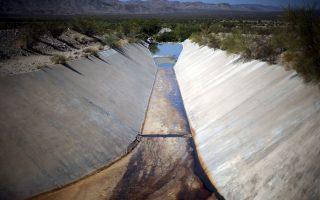 Συνεχίζεται η μεγάλη ξηρασία στην Καλιφόρνια, με αποτέλεσμα την επιβολή περιορισμών στη χρήση του ύδατος. Η τουριστική βιομηχανία της περιοχής προσαρμόζεται αναγκαστικά στις νέες συνθήκες.