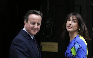 Ο Ντέιβιντ Κάμερον με τη σύζυγό του Σαμάνθα επιστρέφουν στον αριθμό 10 της Ντάουνινγκ Στριτ μετά τον θρίαμβο του Συντηρητικού Κόμματος το οποίο πέτυχε αυτοδυναμία στις εκλογές της Πέμπτης.