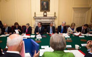 Ο Βρετανός πρωθυπουργός Ντέιβιντ Κάμερον προήδρευσε χθες του πρώτου υπουργικού συμβουλίου στην Ντάουνινγκ Στριτ, η σύνθεση του οποίου οριστικοποιήθηκε με τον επαναδιορισμό του Ντέιβιντ Λίντινγκτον.