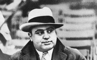 Ο γκάνγκστερ Αλ Καπόνε σε ποδοσφαιρικό αγώνα στο Σικάγο το 1931. Η έπαυλή του στο Μαϊάμι ανακαινίσθηκε και αναμένεται να γίνει σημαντική τουριστική ατραξιόν της ευρύτερης περιοχής.