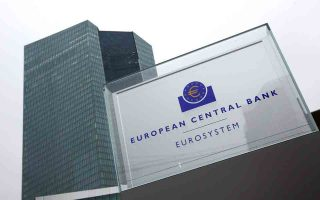 Οι εγχώριες τράπεζες έχουν αντλήσει πάνω από 120 δισ. ευρώ από το ευρωσύστημα, ανατρέποντας πλήρως τις σχετικές δεσμεύσεις που είχαν αναλάβει με τα σχέδια αναδιάρθρωσης και τα οποία προβλέπουν τον περιορισμό της εξάρτησης από τη ρευστότητα της ΕΚΤ.