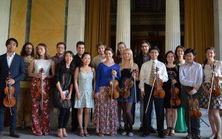 Η αναμνηστική φωτογραφία με τις 17 συμμετοχές, εικονίζονται 16 βιολονίστες και, πίσω, χαμογελαστός ο Λεωνίδας Καβάκος, ο Δάσκαλος και δημιουργός του θεσμού του Σεμιναρίου. Και του χρόνου!  (φωτο Ωδείο Μουσικοί Ορίζοντες)