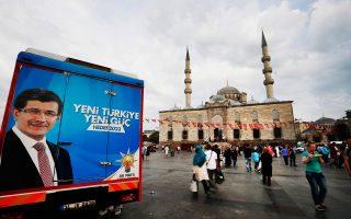 Προεκλογική ατμόσφαιρα με φωτογραφία του πρωθυπουργού Νταβούτογλου, σε πλατεία της Κωνσταντινούπολης.