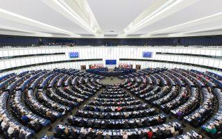 Οι ευρωβουλευτές ζητούν να σταματήσουν οι περικοπές στα εθνικά συστήματα υγείας, καθώς η υποχρηματοδότηση θέτει σε κίνδυνο την υγεία των ασθενών.