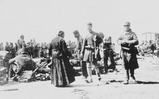 Θνησιγενής αισιοδοξία: Ελληνες στρατιώτες, στην έναρξη του πολέμου, αναμένουν τη μεταφορά τους στο Θεσσαλικό Μέτωπο.