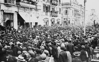 Θεσσαλονίκη 1916: στην έναρξη του Εθνικού Διχασμού. Ο στρατός της Εθνικής Αμύνης παρελαύνει στην πόλη. Οι δυνάμεις αυτές συντάχθηκαν με τις συμμαχικές στο Μακεδονικό Μέτωπο ήδη πριν από την επίσημη είσοδο της χώρας στον πόλεμο, τον Ιούνιο του 1917.
