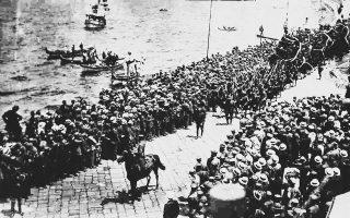 Η αποβίβαση του ελληνικού στρατού στη Σμύρνη, Μάιος 1919. Η άφιξη των ελληνικών δυνάμεων στην Ιωνία κατέστη εφικτή χάρη στις πολιτικές συμμαχιών του Ελευθερίου Βενιζέλου. (Αρχείο υποναυάρχου Χρ. Ι. Σολιώτη, παραχώρηση του Ιδρύματος Μείζονος Ελληνισμού)