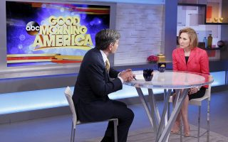 Η Κάρλι Φιορίνα χθες στη Νέα Υόρκη, ενώ δίνει συνέντευξη στον Τζορτζ Στεφανόπουλος για την εκπομπή Good Morning America του ABC.