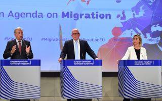 Μια ιδιαίτερα τολμηρή και φιλόδοξη πρόταση για το μεταναστευτικό ζήτημα της Ευρώπης παρουσίασε, χθες, στην έδρα της Ευρωπαϊκής Επιτροπής στις Βρυξέλλες, ο αρμόδιος επίτροπος, Δημήτρης Αβραμόπουλος (αριστερά), μαζί με τον αντιπρόεδρο της Ευρωπαϊκής Επιτροπής, Φρανς Τίμερμανς (κέντρο), και την ύπατη εκπρόσωπο, Φεντερίκα Μογκερίνι (δεξιά).