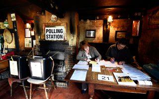 Σε σκηνικό αβεβαιότητας για την επόμενη κυβέρνηση της Βρετανίας, τη θέση της στην Ε.Ε. και το πρόβλημα της Σκωτίας διεξήχθησαν χθες οι πιο αμφίρροπες εκλογές των τελευταίων δεκαετιών. Σύμφωνα με τις τελευταίες εκτιμήσεις, τόσο οι Συντηρητικοί όσο και οι Εργατικοί θα δυσκολευτούν να εξασφαλίσουν κοινοβουλευτική πλειοψηφία. Στη φωτογραφία, ένα πανδοχείο στη Νότια Αγγλία το οποίο λειτούργησε ως εκλογικό κέντρο.
