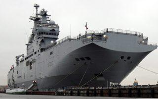 Γαλλικό πολεμικό σκάφος αμφίβιων αποστολών Μιστράλ στον ποταμό Νέβα της Αγίας Πετρούπολης, το 2009. Η μονομερής ακύρωση της παράδοσης δύο παρόμοιων πλοίων στη Ρωσία τραυμάτισε τις σχέσεις των δύο χωρών.