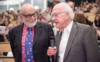 Ο Φρανσουά Εγκλέρ  (αριστερά) με τον Πίτερ Χιγκς (δεξιά), την ημέρα ανακοίνωσης των αποτελεσμάτων από τα πειράματα στον επιταχυντή LHC στο CERN, τα οποία επιβεβαίωσαν τον μηχανισμό δημιουργίας μάζας που είχαν προτείνει ανεξάρτητα οι δύο φυσικοί από τη δεκαετία του 1960.