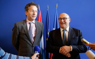 Ο Γερούν Ντάισελμπλουμ (Α) με τον Γάλλο υπουργό Οικονομικών, Μισέλ Σαπέν.