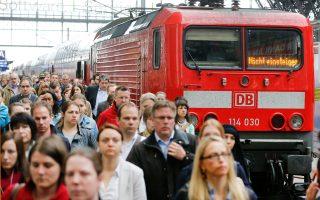 Ταλαιπωρία για τα περίπου πέντε εκατομμύρια Γερμανών (όπως αυτοί στη Φρανκφούρτη) που μετακινούνται καθημερινά με τους Γερμανικούς Σιδηροδρόμους (DB), καθώς οι μηχανοδηγοί έχουν κηρύξει εξαήμερη απεργία. Είναι η όγδοη κινητοποίηση στους 10 μήνες που διαρκούν οι διαπραγματεύσεις του συνδικάτου GDL με τους DB.