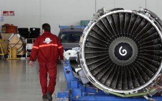 Ένας τεχνικός περπατά δίπλα σε ένα κινητήρα αεροσκάφους στην Τεχνική Βάση της Ολυμπιακής Αεροπορίας στο αεροδρόμιο των Σπάτων. Οι εργαζόμενοι στην ΟΣΠΑ πραγματοποιούν σήμερα 24ωρη απεργία διαμαρτυρόμενοι για το σχε΄διο νόμου σχετικά με τους εργαζομένους στην ΟΑ, του οποίου η συζήτηση ξεκινά σήμερα στη Βουλή, Πέμπτη 30 Οκτωβρίου 2008.