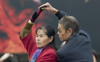 Συνταξιούχοι κάνουν γυμναστική σε κάποιο πάρκο του Πεκίνου στην Κίνα.