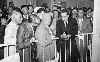 Ιούλιος 1959. Νικίτα Χρουστσόφ και Ρίτσαρντ Νίξον στην περίφημη έντονη «συζήτηση για την κουζίνα» (kitchen debate) που είχαν, κατά τη διάρκεια επίσκεψης του αντιπροέδρου των ΗΠΑ σε έκθεση αμερικανικών προϊόντων στη Μόσχα.