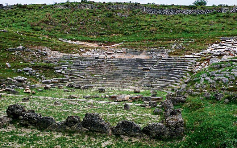 Το Θέατρο των Γιτάνων προοριζόταν για παραστάσεις αλλά και συγκεντρώσεις του Κοινού των Θεσπρωτών. (Φωτογραφία: Βασιλική Κεράστα)