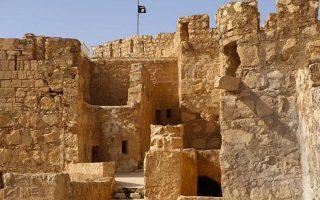 i-simaia-toy-islamikoy-kratoys-ypsothike-stin-akropoli-tis-palmyras0