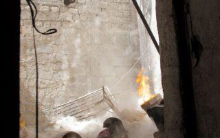 Αντάρτες του Ελεύθερου Συριακού Στρατού (FSA) εκτοξεύουν αυτοσχέδιο όλμο εναντίον δυνάμεων του κυβερνητικού στρατού στη συνοικία Αλ Τζεντέιντε, στην πολιορκημένη Παλιά Πόλη του Χαλεπίου.