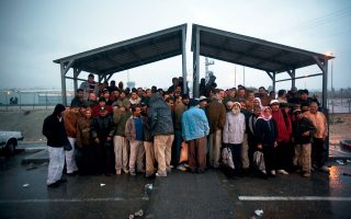 Παλαιστίνιοι εργάτες από την Καλκίγια περιμένουν το λεωφορείο για τα εργοτάξια του Κεντρικού Ισραήλ, σε φωτογραφία του 2009.