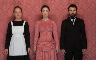 Η Εφη Γούση, η Σοφιάννα Θεοφάνους και ο Κίμων Κουρής, οι τρεις ηθοποιοί της παράστασης.