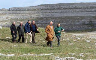 Ο πρίγκιπας Κάρολος επισκέπτεται τους γιγάντιους ασβεστολιθικούς σχηματισμούς του Μπάρεν στη Δυτική Ιρλανδία, κατά την παραμονή του στην εν λόγω περιοχή.