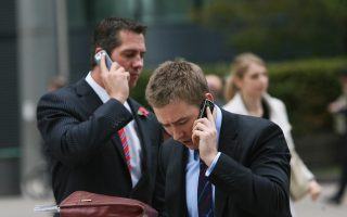 Τα έσοδα από υπηρεσίες κινητής τηλεφωνίας, από 4,3 δισ. το 2007, υποχώρησαν σε 2 δισ. το 2014. Και αν η αγορά συνεχίσει με τους προβλεπόμενους ρυθμούς, τότε στο τέλος του έτους θα καταλήξει σε 1,9 δισ.
