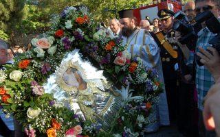 Το ιερό σκήνωμα της Αγίας Βαρβάρας μεταφέρθηκε από το αεροδρόμιο στον Ιερό Ναό της Αγίας Βαρβάρας στον ομώνυμο δήμο, με τιμές αρχηγού κράτους. Το συνόδευαν οκτώ αξιωματικοί του Πυροβολικού, ενώ παρίσταντο ο υφυπουργός Επικρατείας, Τέρενς Κουίκ (στο κέντρο), ο αρχηγός ΓΕΕΘΑ, στρατηγός Μιχάλης Κωσταράκος (δεξιά). Τα λείψανα της Αγίας θα παραμείνουν στην Αθήνα για 15 ημέρες.