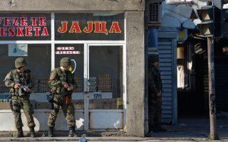 Η εικόνα είναι από το Κουμάνοβο της ΠΓΔΜ. Ανδρες των ειδικών δυνάμεων περιπολούν στην ταραγμένη –από τις φονικές συγκρούσεις με ένοπλους αλβανόφωνους– πόλη, με το δάχτυλο στη σκανδάλη.