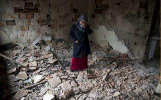 Κάτοικος του Κουμάνοβο κλαίει αντικρίζοντας την καταστροφή του σπιτιού της.